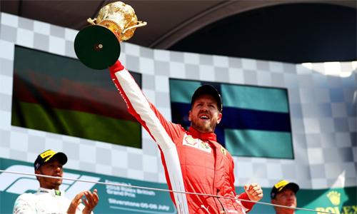 Hamilton được chờ đợi chiến thắng trên sân nhà, nhưng lại phải chứng kiến đại kình địch về nhất. Ảnh: F1.