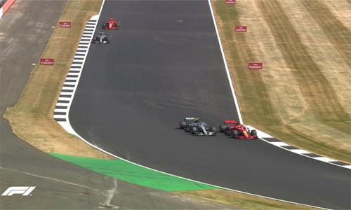 Màn vượt trái ngoạn mục của Vettel trước Bottas ở Turn 6, vòng đua thứ 47. Ảnh: F1.