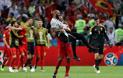 Henry chia vui với Kompany trên tư cách trợ lý HLV Bỉ. Ảnh: Reuters