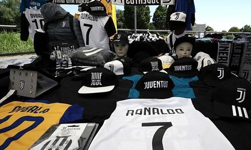 Những chiếc áo Juventus số 7, in tên Ronaldo được phân phối nhiều ở chợ đen đô thị Turin. Ảnh: AP.
