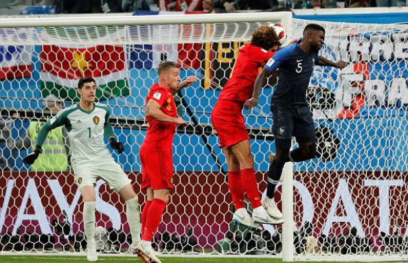 Umtiti đánh bại Fellaini trong pha không chiến. Ảnh: Reuters.
