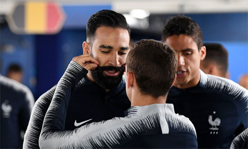 Griezmann vuốt ria mép của Rami trước trận bán kết. Ảnh: EPA