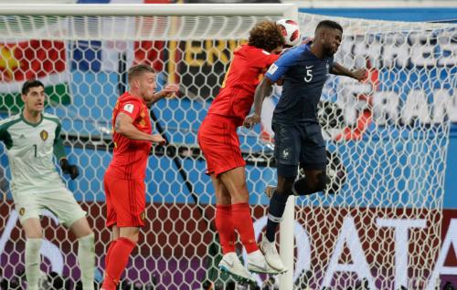Tình huống Umtiti đánh đầu ghi bàn duy nhất. Ảnh: AP.