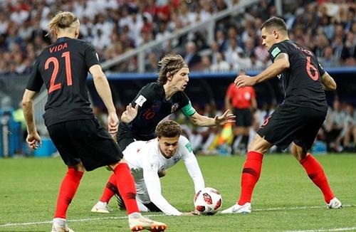 Tình huống phạm lỗi của Modric với Alli khiến Croatia thủng lưới. Ảnh: Reuters.