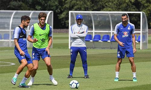 Conte (đội mũ)trong lần cuối điều khiển một buổi tập của Chelsea vào hôm thứ Tư 11/7. Ảnh: CFC.