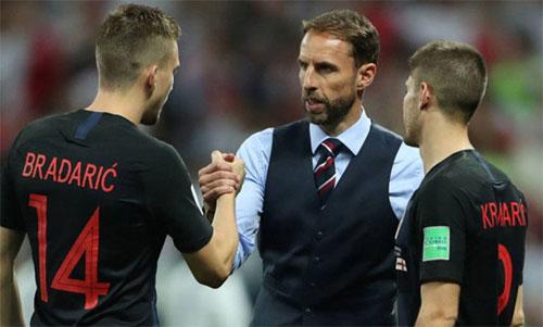 Southgate chúc mừng chiến thắng của Croatia sau trận đấu. Ảnh: Reuters
