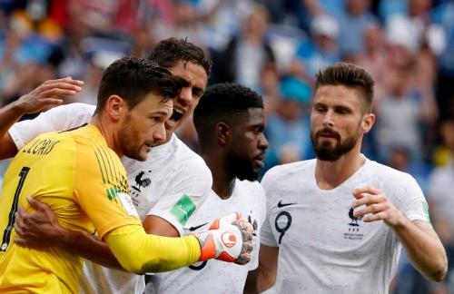 Hàng thủ Pháp được đánh giá cao hơn. Ảnh: EPA.