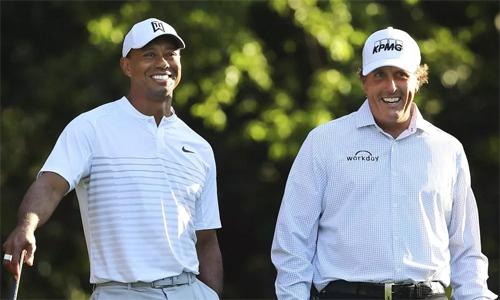 Woods, 42 tuổi, và Mickelson, 48 tuổi, sở hữu tổng cộng 19 cup major và 122 danh hiệu PGA Tour. Trong ba thập kỷ qua, họ được xem là cặp kình địch nổi tiếng nhất làng golf. Ảnh: AP.