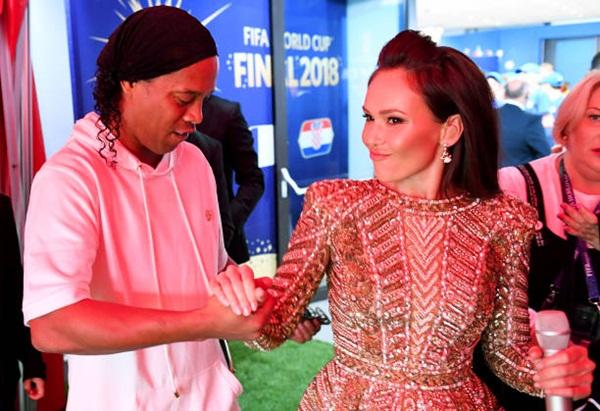 Ronaldinho và giọng opera nước chủ nhà,Aida Garifullina. Ảnh: RT.