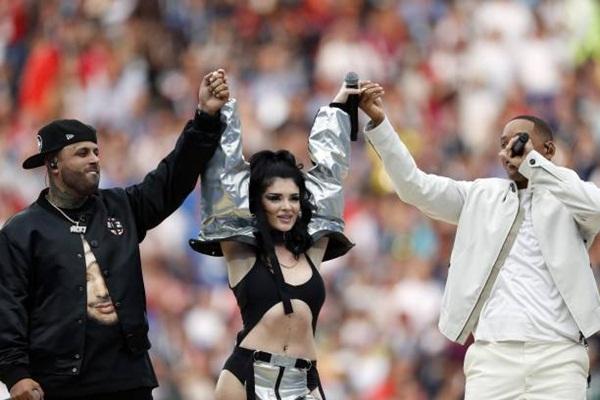 Era Istrefi diện trang phục gợi cảm cạnh hai bạn diễn. Ảnh: Reuters.