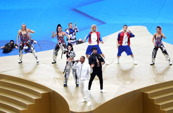 Ba ca sĩ trên sân khấu chính của lễ bế mạc World Cup 2018. Ảnh: AP.