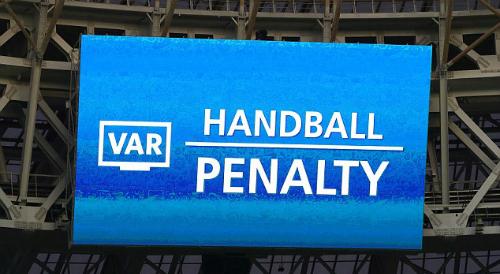 Thông báo phạt đền vì bóng chạm tay của công nghệ VAR. Ảnh:BPI.