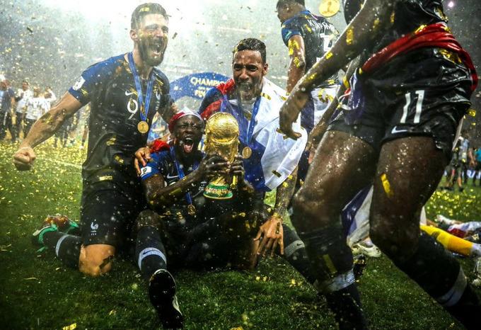Cầu thủ Pháp trượt cỏ mừng Cup vàng thế giới