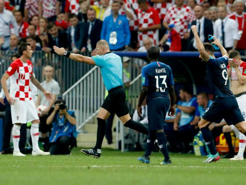 Trọng tài Pitana chỉ tay vào chấm phạt đền sau khi xem lại video. Ảnh: FIFA, AP.