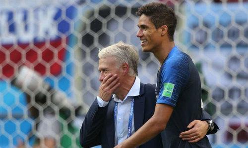 Varane và HLV Deschamp đi vào lịch sử với chức vô địch World Cup 2018. Ảnh:Reuters.
