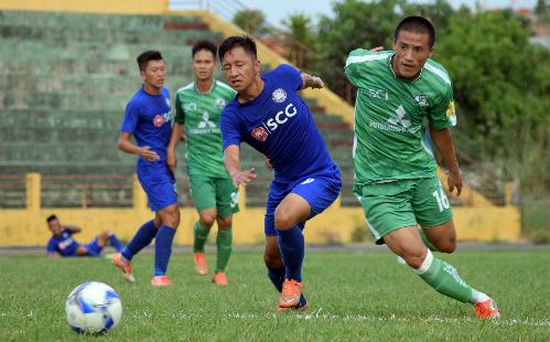 Bà Rịa Vũng Tàu (phải) tan giấc mộng lên chuyên nghiệp sau hai trận thua tại VCK giải hạng Nhì. Ảnh: Nguyên Hải.
