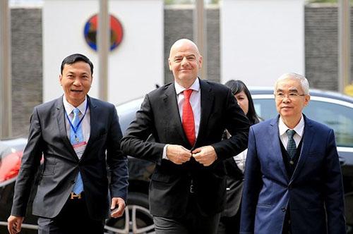 Ông Trần Quốc Tuấn (trái) đón tiếp Chủ tịch FIFA Gianni Ifantino tại Hà Nội.