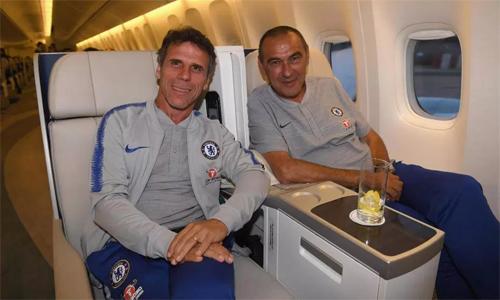 Zola chụp ảnh cùng Sarri trong chuyến bay đến Australia. Ảnh: Chelsea.