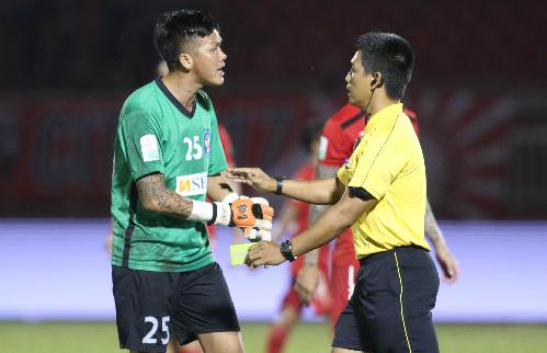 Thủ môn Lê Văn Hưng phải ngồi chơi xơi nước bốn trận vì hành vi phi thể thao. Ảnh: Đức Đồng.