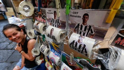 Ronaldo trên bao bì những cuộn giấy vệ sinh. Ảnh: Light Rocket.