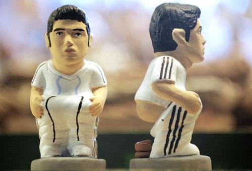 Tượng Ronaldo đang giải quyết nhu cầu được bán ở Catalonia hồi năm 2010.