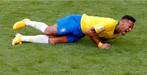 Neymar trần tình về pha lăn lộn kêu đau ở World Cup. Ảnh: Reuters.