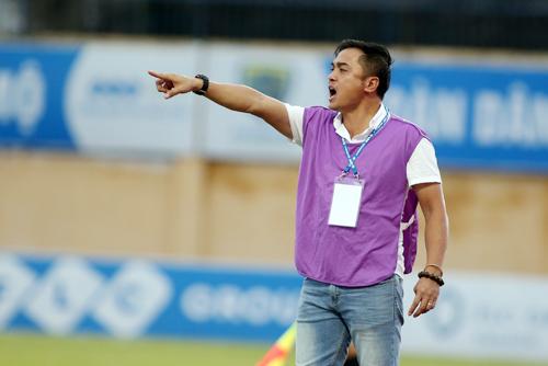 HLV Đức Thắng không hài lòng với cách chơi của các cầu thủ Thanh Hóa trong trận thua SLNA. Ảnh: Lâm Thỏa