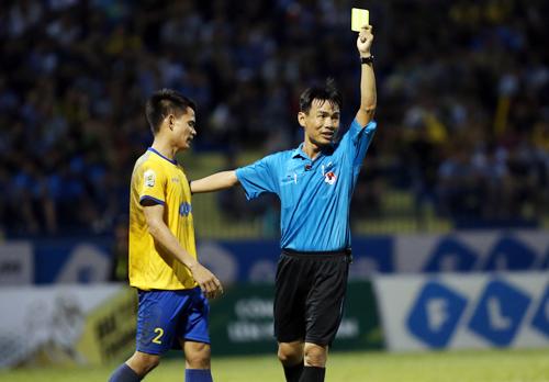 Trọng tài Trương Hồng Vũ rút ba thẻ vàng, hai trong số đó dành cho cầu thủ Thanh Hóa. Ảnh: Lâm Thỏa