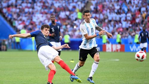 Cú đá của Pavard giúp Pháp đánh bại Argentina. Ảnh: FIFA.