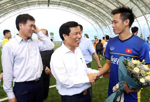 Văn Quyết đại diện cho đội Olympic Việt Nam nhận hoa của Bộ trưởng Bộ Văn hoá, Thể thao và Du Lịch Nguyễn Ngọc Thiện. Ảnh: Quang Minh