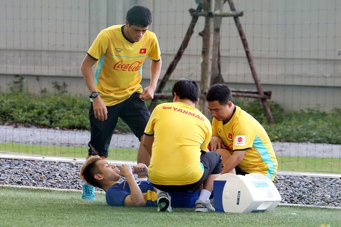 Bùi Tiến Dũng cõng đồng đội chấn thương khỏi sân tập