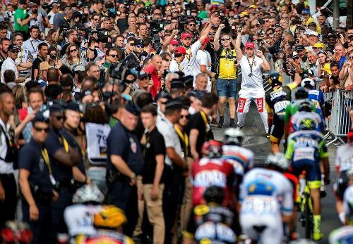 Tour de France là giải đấu gian khổ bậc nhất thế giới. Các cua-rơ luôn nhận được sự cổ vũ đông đảo của giới hâm mộ. Ảnh: Vân Anh.