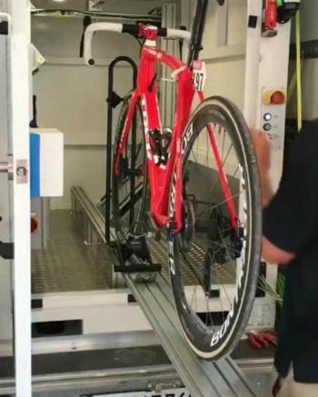 Một chiếc xe đạp của vận động viên được đưa vào kiểm tra doping công nghệ. Ảnh: Vân Anh.