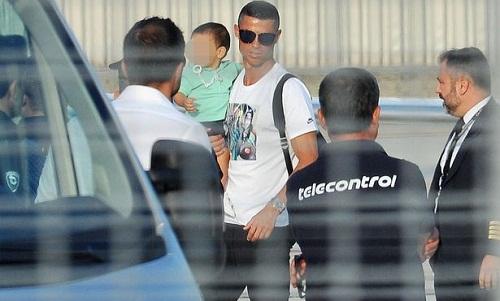 Ronaldo đến Turin hôm 29/7 để chuẩn bị cho buổi tập đầu tiên tại Juventus. Ảnh: REX.