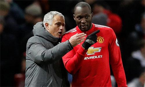 Mourinho và Lukaku vẫn cùng nhìn về một phía. Ảnh: Reuters