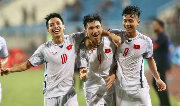 Văn Hậu (giữa) giúp Việt Nam có chiến thắng thứ hai ở giải giao hữu U23 quốc tế. Ảnh:Lâm Thỏa.