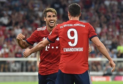 Martinez mừng bàn thắng cùng Lewandowski. Ảnh: Reuters.