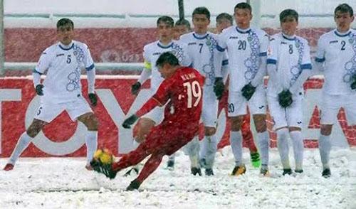Quang Hải thực hiện cú đá phạt cầu vòng thành bàn trong trận chung kết giải U23 châu Á với Uzbekistan.