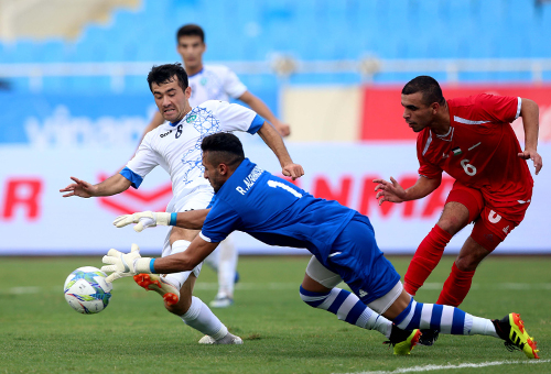 Uzbekistan (áo trắng) hướng tới Olympic 2020 nên mang dàn cầu thủ trẻ dưới 21 tuổi sang Việt Nam.