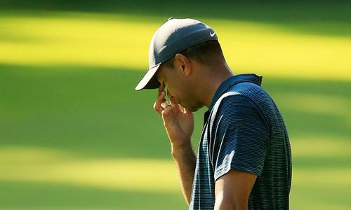 Tiger Woods chơi tốt hơn sau khi thay áo, nhưng không đủ để âm gậy ở vòng mở màn. Ảnh: USA Today.
