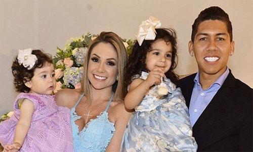 Tiền đạo Firmino và vợ con đang sống tại Anh. Ảnh: Instagram
