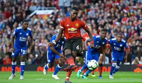 Pogba đưa Man Utd dẫn trước trên chấm phạt đền. Ảnh:EPA.