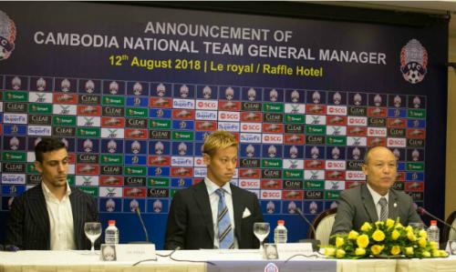 Honda (giữa) trong họp báo ra mắt HLV trưởng mới của Campuchia. Ảnh: CNCC.