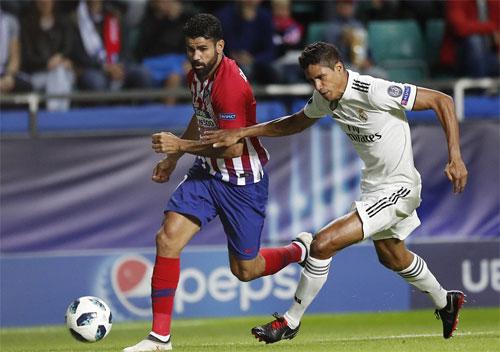 Varane không thể cản pha đi bóng và dứt điểm tinh quái của Costa. Ảnh: Reuters