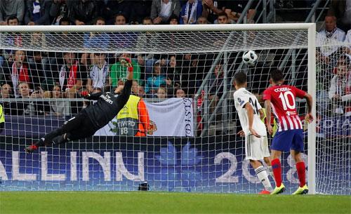 Thủ môn Navas bay hết tầm nhưng không thể cản cú vô lê của Niguez.