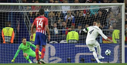 Ramos giúp Real vượt lên dẫn 2-1.