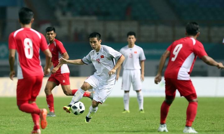 Hùng Dũng (số 18) là ông chủ ở tuyến giữa Việt Nam tối 16/8. Anh cùng hai đàn em ở Hà Nội là Đức Huy, Quang Hải luân chuyển bóng hợp lý và tạo được sức ép thường trực lên phần sân Nepal. Ảnh: Đức Đồng.