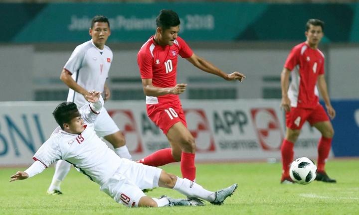 Dù là cầu thủ tấn công, Quang Hải rất tích cực tranh cướp bóng với cầu thủ Nepal ngay từ phần sân đối phương. Ảnh: