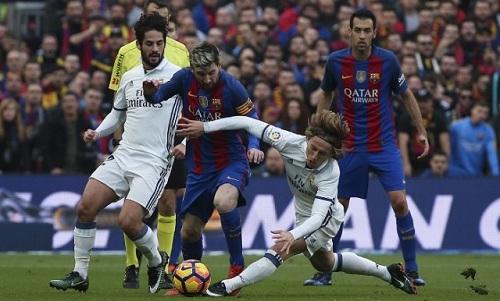 Barca hoặc Real sẽ đá một trận tại La Liga mùa tới ở nước ngoài. Ảnh:Reuters.
