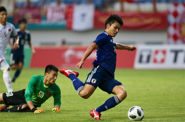 Cầu thủ vào thay người Ueda Ayase lừa qua Tiến Dũng nhưng sút ra ngoài vào cuối trận. Đây là cơ hội tốt nhất mà Nhật Bản có. Ảnh: Lâm Thỏa.
